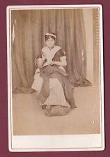 CABINET MADAULE Philipeville - 190813 - Jeune femme à la couture