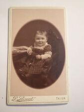 Trier - in einem Stuhl sitzendes Baby im Kleidchen - Portrait / CDV