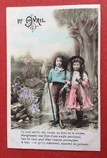CPA. 1er AVRIL. Couple Enfants. Filet Pêche. Poisson. Paysage Lacustre.