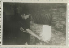 PHOTO ANCIENNE - VINTAGE SNAPSHOT - FEU CHEMINÉE FEMME PROFIL LECTURE - FIRE