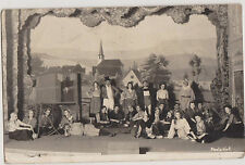 PHOTOGRAPHIE ANCIENNE TROUPE THEATRE SUR SCENE DEVANT DECOR VILLAGE-Photo Hirt
