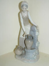 NAO BY LLADRO YOUNG LADY COLLECTING WATER GIRL IN THE FOUNTAIN #0136 VINTAGE