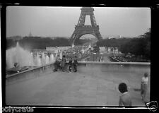 Portrait devant Tour Eiffel Visite de Paris paysage - négatif photo ancien an.50