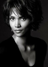 Halle Berry UNSIGNED photo - B63 - SEXY!!!!