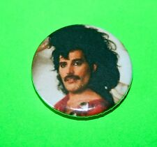 1980S VINTAGE STYLE QUEEN FREDDIE MERCURY ITS A HARD LIFE BUTTON PIN BADGE