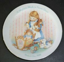 VTG AVON Mothers Day Plate 1988 A MOTHER'S WORK IS NEVER DONE-NIB-FREE SHIPPING