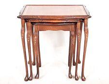 Nido de mesas de cuero vintage antiguo caoba 3 Tuckaway tablas de té Queen Anne