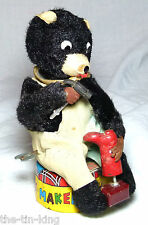 SPLENDID VINTAGE CLOCKWORK SHOE MAKER BEAR TIN PLATE BASE GLASS EYES JAPAN