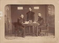 Trois militaires du 77ème régiment d'Infanterie autour d'une table , vers 1885