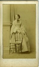 DISDERI femme pose devant chaise mode  fashion CDV vintage albumen photo 1860