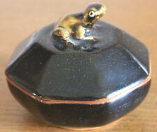 Très jolie boite en ceramique ancienne à décor de grenouille