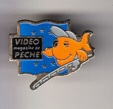 RARE PINS PIN'S .. TV RADIO PRESSE MAGAZINE JOURNAL PECHE FISHING ORANGE 2 ~CM