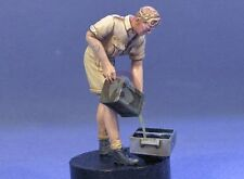 Resicast 1/35 British Sodier Pouring Petrol from Flimsy North Africa WWII 355648