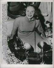 1933 Press Photo Evelyn Margaret Ay surrounded by battery of cameras - nef53575