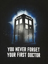 """DOCTOR WHO - TARDIS """"YOU NEVER FORGET YOUR FIRST DOCTOR"""" MED BLACK T-SHIRT Q280"""