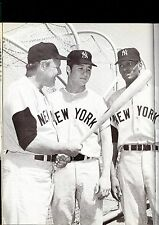 NEW YORK YANKEES BOBBY MURCER HANK AARON LOOK AT MURCER'S BAT BEFORE GAME