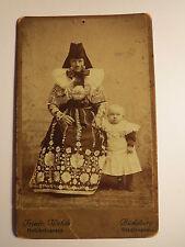 Bückeburg - stehende Frau in Tracht mit Kind - Kulisse / CDV