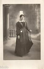 BD758 Carte Photo card RPPC Femme portrait costume parapluie décor Vers 1920