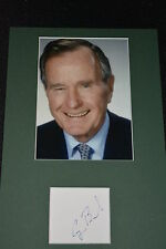GEORGE H. W. BUSH signed Autogramm In Person 20x30 cm Passepartout US PRÄSIDENT