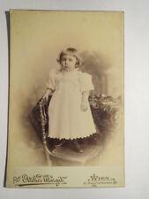 Wien - 1898 - auf Stuhl stehendes kleines Mädchen in weißem Kleid / KAB