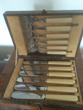SET OF 12 FISH KNIVES & FORKS RUSTLESS STEEL IN A BROWN FAUX CASE (FNAF 2080)