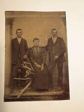 2 Männer im Anzug & Frau im Kleid in Kulisse / Ferrotypie
