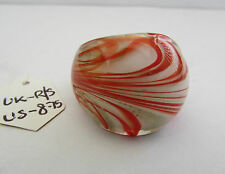 A WHITE,RED & GOLD MURANO STYLE GLASS RING. UK..R/S.  US..8.75.    (2)