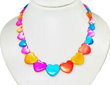 Wunderschöne Halskette aus Muscheln in bunt gefärbten flacher runder Herzform