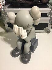 KAWS Original falso 'pasando por' Gris compañero réplica figura 37cm Sin Caja