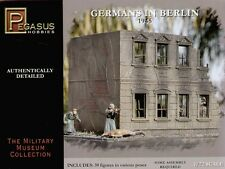 PEGASUS 7228. GERMANS IN BERLIN. 1/72 SCALE. 39 UNPAINTED PLASTIC FIGURES.