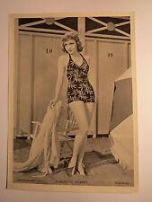 Claudette Colbert in Pose im Badeanzug vor Umkleidekabine  Schauspielerin / Foto