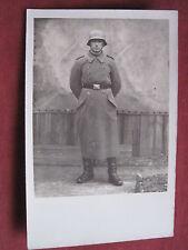Original WH- Foto Soldat in Uniform mit Mantel und Stahlhelm