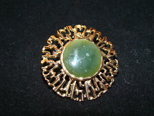 GOLD TONE & GREEN JADE COSTUME JEWELLERY PIN BROOCH.
