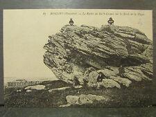 cpa 29 roscoff le rocher de roc'h kroumsur les bords de la plage animee