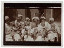 Photo snap-shot groupe de nourrice et bébés crèche assistante maternelle 1920