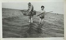 PHOTO ANCIENNE - VINTAGE SNAPSHOT -MER ENFANT PÊCHE ÉPUISETTE CREVETTE DRÔLE-SEA