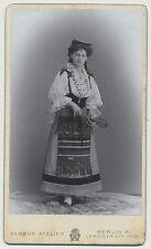 CDV Foto Berlin /Junge Dame im schönen Trachtenkleid  1904 (F371)