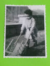VIINTAGE PHOTO - CHILD TOY TROLLEY WOOD TOYS INFANTIL FOTO NIÑO CARRETILLA CARRO