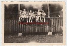 (F7622) Orig. Foto Ettmannsweiler, Kinder sitzen auf einer Brüstung 1944