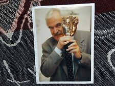 "8"" x 6"" PRESS AGENCY PHOTO - DES LYNAM - 2000 BAFTA HOST"