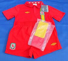 BNWT Auténtico Umbro Gales Casa 6-7 año de edad Camisa Pantalones Cortos Calcetines Kit Tira