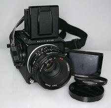Hasselblad 501 C mit Zeiss Planar 2,8/80 C T*  mit Mag 12 und Lichtschacht black