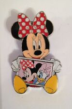 DISNEY MINNIE MOUSE HOLDING PICTURE OF HERSELF & DAISY DUCK PIN