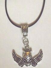 collier caoutchouc noir 46 cm avec pendentif Halloween tête de mort diable ailes