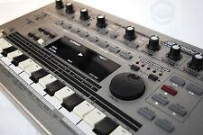 Roland MC 303 Groovebox Drum Computer Beat Composer Synthesizer 808 909 + Gewähr