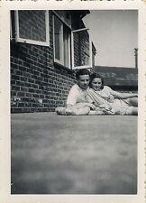 PHOTO ANCIENNE - VINTAGE SNAPSHOT - COUPLE AMOUREUX CADRAGE DRÔLE MODE - LOVERS