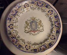 Grand plat avec blason , estampillé M C  Montereau Creil ? , ancien