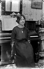 Portrait jeune femme au piano -  Ancien négatif 10x15 photo verre