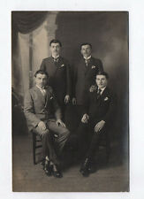 CARTE PHOTO Décor Toile peinte Postcard RPPC 1920 Groupe Hommes Costume Cravate