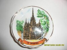 ANCIENNE ASSIETTE MINIATURE DE COLLECTION + SUPPORT - LA CATHEDRALE DE BARCELONE